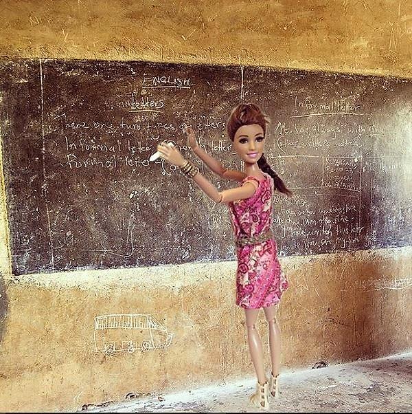 Barbie Savior - Instagram - Volontourisme : Barbie donne des cours aux enfants du Tiers-Monde