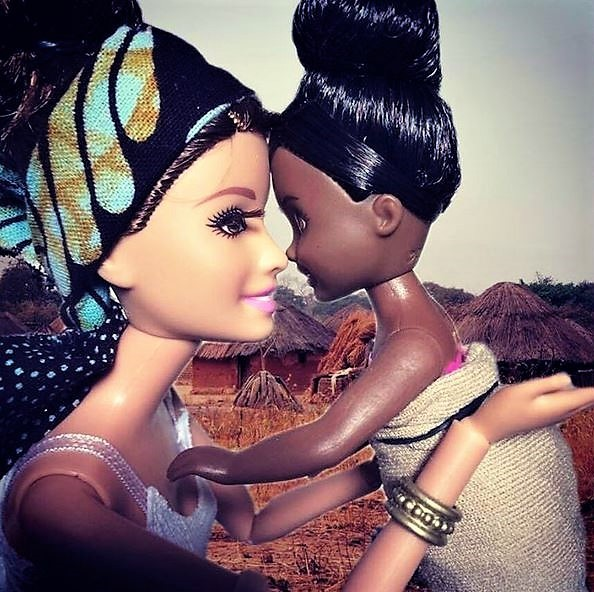 Barbie Savior Instagram - Volontourisme : photos avec enfants du Tiers-Monde