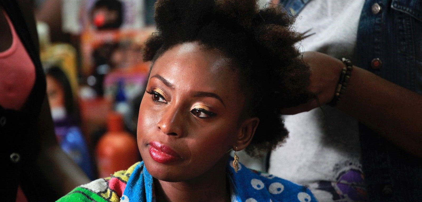 Chimamanda Ngozi Adichie par Akintunde Akinleye - Scarlet La culture des idées